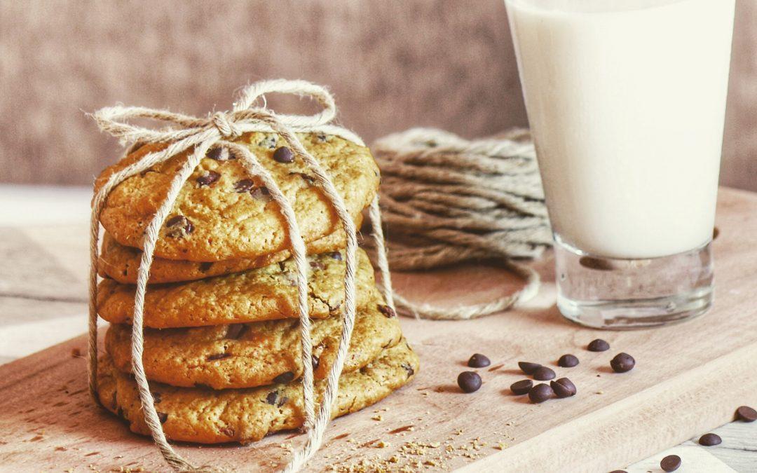 bicchiere di latte e biscotti con gocce di cioccolato